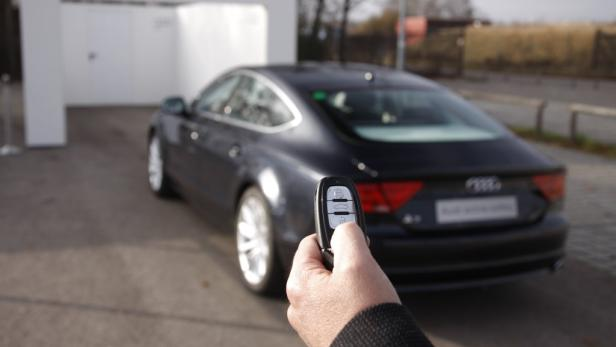 Der Anhängerrangier-Assistent lenkt das Gespann automatisch in die Richtung, die der Lenker per Drehknopf eingibt. Bremsen, Gasgeben und schauen muss der Lenker.