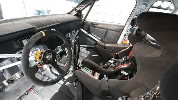 Cockpit mit zwei großen Hebeln, einer fürs Getriebe, einer für die Handbremse.