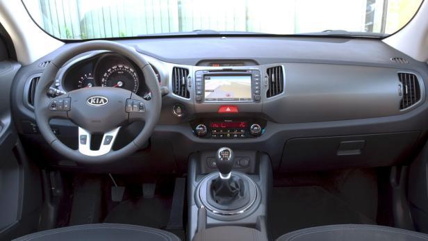 Gut zur Hand liegender Schalthebel, ergonomisch einwandfrei gestaltetes, qualitativ solides Cockpit.