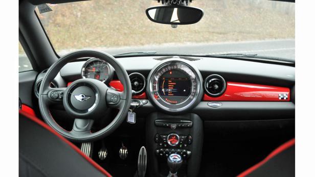Cockpit: Im Stil des Hauses – präzise Lenkung, aber Schwächen bei der Funktionalität