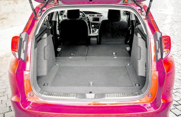 Kofferraum: Werden die Rücksitze umgelegt, entsteht ein duchgehend ebener Laderaumboden.