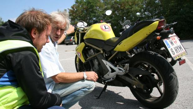 Fahrlehrer Hinner erklärt das Bike.