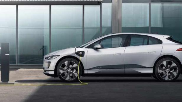 jag_i-pace_21my_exterior_charging_indus_silver_02.06.20_002.jpg