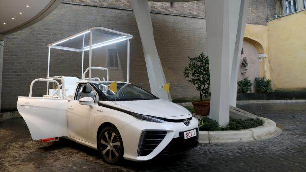 a-hydrogen-popemobile-for-his-holiness-pope-francis-13-scaled.jpg