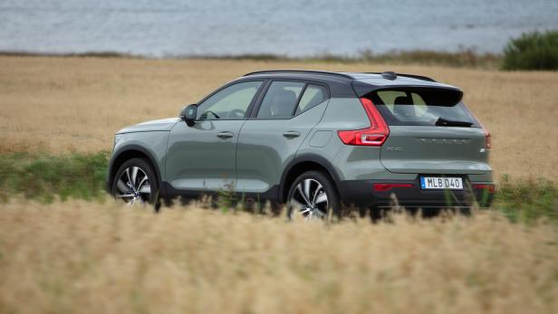 271710_volvo_xc40_recharge_p8_awd_in_sage_green.jpg